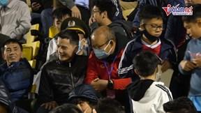 Fan vây kín thầy Park, Quang Hải và các tuyển thủ trên sân Cẩm Phả