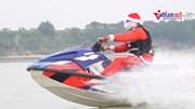 Ông già Noel cưỡi sóng sông Hồng, tặng quà em nhỏ làng chài