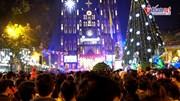 Hà Nội rộn ràng đón Giáng sinh, nghìn người chen chân xuống phố