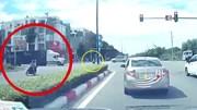 Cố vượt đèn đỏ, xe máy bị xe container tông văng xa hàng chục mét