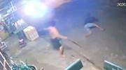 Bị chủ nhà cầm roi đuổi, tên trộm đang leo rào cắm đầu bỏ chạy