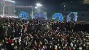 Biển người Triều Tiên xem lễ thượng cờ, bắn pháo hoa chào năm 2021