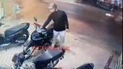 Người đi đường khống chế tên trộm đang bẻ khóa xe máy