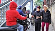 Ngược đời cảnh người đi bộ nép mình nhường xe máy trên vỉa hè Hà Nội