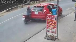 Cô gái lao xe máy vào đuôi ô tô, tài xế mới bật đèn cảnh báo