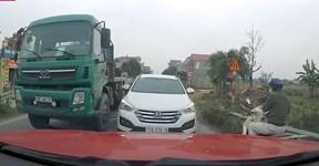 """Lấn làn ngược chiều, ô tô còn """"thi gan"""" bắt xe đi đúng phải nhường"""