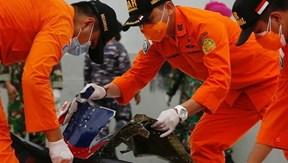Tìm thấy các mảnh vỡ và thi thể nạn nhân trong vụ rơi máy bay Indonesia
