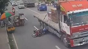 Người đàn ông phản xạ cực nhanh tránh bánh xe đầu kéo