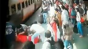 Cảnh sát phản xạ 'nhanh như chớp' cứu cô gái bị ngã vào đoàn tàu đang chạy