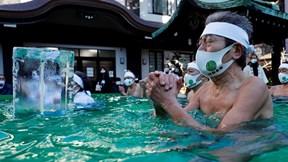 Người Nhật khỏa thân '90%', ngâm mình trong nước đá cầu đại dịch đi qua