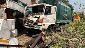 TP.HCM: Xe chở rác đứt phanh lao thẳng vào nhà dân, tông đổ cây ven đường