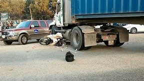 Container cuốn xe máy vào gầm, một nam thanh niên tử vong