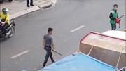 Sau va chạm, tài xế xe con rút kiếm truy đuổi tài xế xe tải