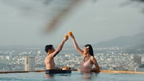 Vợ chồng Jay Quân, Chúng Huyền Thanh hạnh phúc cùng biển xanh, cát trắng