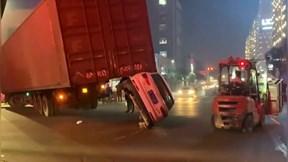 """Khoảnh khắc xe con """"nhấc bổng"""" đuôi xe container đang vào cua"""