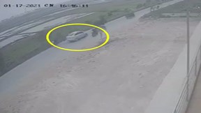 Tài xế ôtô đâm nữ sinh bay xuống mương rồi nhấn ga bỏ chạy