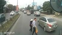 Hành động ấm lòng của tài xế xe tải khi thấy bà cụ dừng bên đường