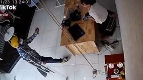Tên cướp xịt hơi cay vào nữ nhân viên rồi giật laptop bỏ chạy