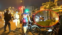 Xách xe đạp bỏ trốn khi thấy CSGT vì vượt đèn đỏ, đi hẳn vào làn ô tô