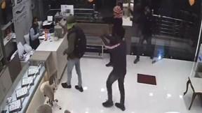 Chủ tiệm vàng tay không chống trả khiến 4 tên cướp có súng bỏ chạy