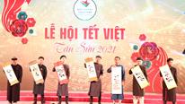 TP.HCM: Người lớn, trẻ em xúng xính áo dài đi chơi lễ hội Tết