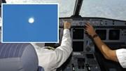 Phi công ghi lại cảnh chạm trán UFO giữa ban ngày