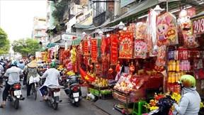 TP.HCM: Đèn lồng, câu đối rực rỡ 'nhuộm đỏ' phố bán đồ trang trí Tết