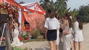 Mải bắt hoa cưới, cô gái suýt ngã xuống ruộng dưa