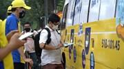 Người dân TP.HCM thích thú với xe buýt phát 100.000 khẩu trang miễn phí