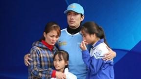 Kiều Minh Tuấn khóc nghẹn, xin lỗi vì bất lực giúp người nghèo
