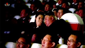 Vợ chồng ông Kim Jong Un thân mật đi xem ca nhạc
