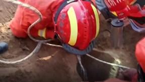 Giải cứu bé 7 tuổi rơi xuống giếng sâu 30m rộng chỉ 30cm