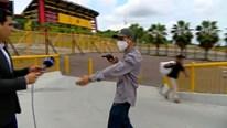 Khoảnh khắc phóng viên bị cướp chĩa súng khi đang dẫn chương trình