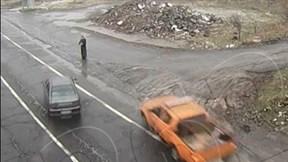 Hai ô tô tránh nhau, người phụ nữ thoát chết khi bị 'kẹp' ở giữa