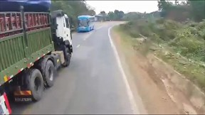 Khoảnh khắc xe đầu kéo vượt ẩu suýt tông xe khách