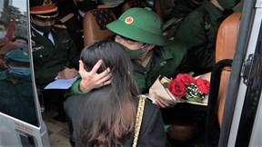 Cô giáo tương lai vượt nghìn cây số tiễn người yêu lên đường nhập ngũ