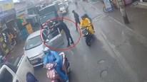 Tài xế xe bán tải chặn đầu, hùng hổ dùng gậy đập vỡ kính ô tô con phía sau