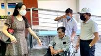 Thương Tín xuất viện sau đột quỵ, vợ ở lại phòng trọ chăm sóc