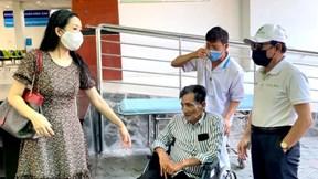 Diễn viên Thương Tín xuất viện, vợ ở lại phòng trọ chăm sóc