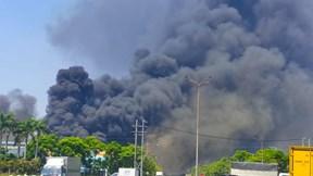Lửa cháy cao hàng chục mét trong xưởng của công ty Tôn Hoa Sen