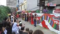 Người dân Phúc Tân hào hứng diễn áo dài bên bờ lở sông Hồng