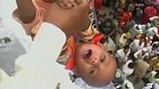 Ấn Độ: Treo cả nghìn em bé lên không trung để cầu may
