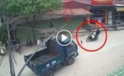 Nam thanh niên bị bó sắt trên xe tải đâm trúng, ngã văng xuống đường