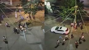 Hàng chục thanh niên vác ghế, gậy hỗn chiến giữa đường