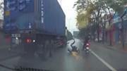 Hai xe máy chui vào gầm container, hai thanh niên thoát chết trong gang tấc