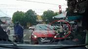 Nữ tài xế ô tô Mazda ngang nhiên dừng xe ngược chiều để mua rau