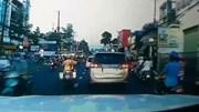 CSGT mở đường cho xe chở bệnh nhân cấp cứu bị kẹt trên quốc lộ