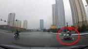 Nam thanh niên đi xe máy cố vượt đèn đỏ tự trượt dài giữa ngã tư
