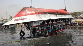 Trục vớt thi thể hàng chục người thiệt mạng vụ lật thuyền ở Bangladesh