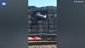 Tai nạn hy hữu: ô tô bay 'cắm đầu' vào bức tường gỗ cao 10 mét